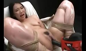 จับสาวข้างทางมามัดติดกับเก้าอี้เอาควยปลอมยัด - https://korporn.com/