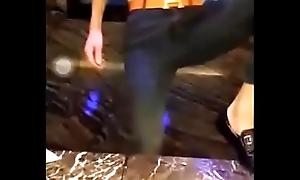 中国18岁KTV直男少爷鸭子激情裸舞和gay比赛打手枪,现场超刺激