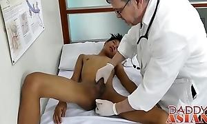 Doctor daddy tugs twink winning shoving his rod bottomless gulf inside